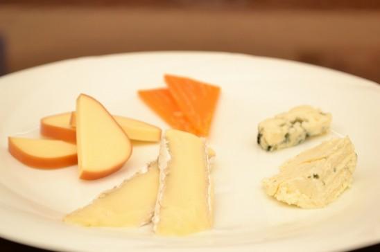チーズの盛り合わせ (パン&クラッカー付き)